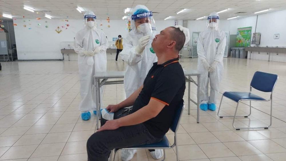Hải Dương lấy mẫu xét nghiệm Covid-19 cho công nhân trên diện rộng