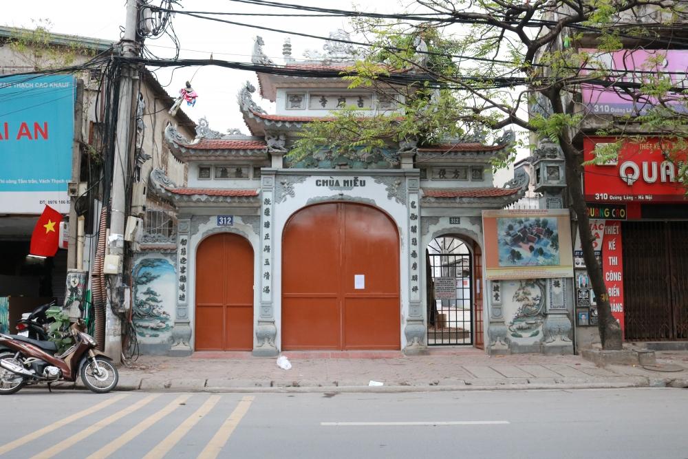 Rằm tháng Giêng, đền chùa đóng cửa, người dân đứng ngoài vái vọng