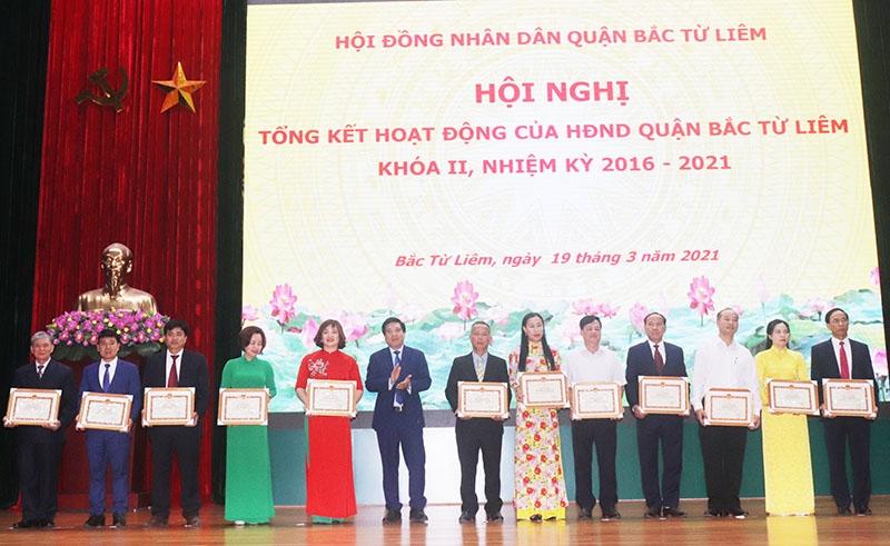 Tặng Giấy khen cho 64 tập thể, cá nhân có thành tích trong công tác Hội đồng nhân dân
