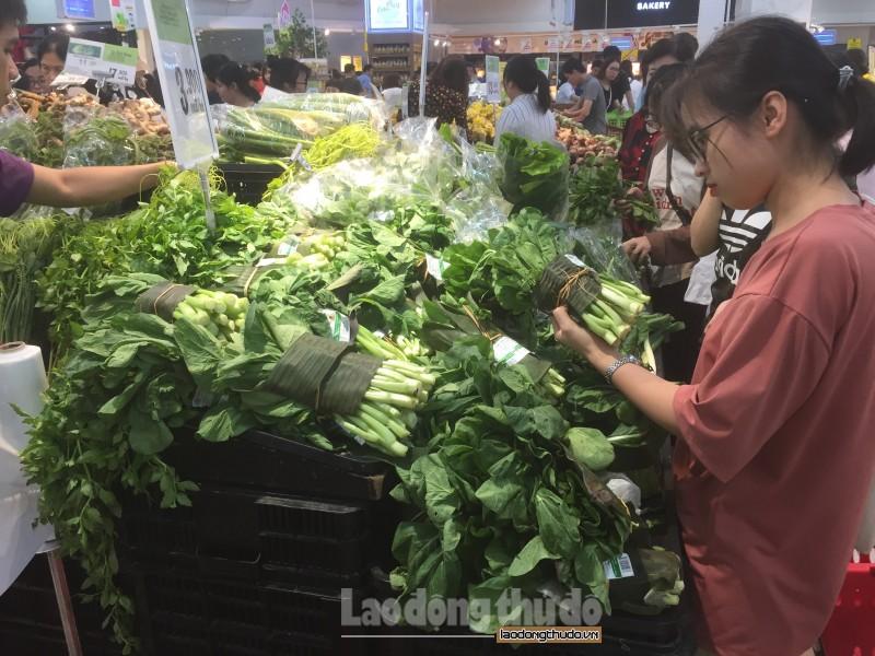 Nhiều siêu thị, cửa hàng ghi điểm vì sử dụng lá chuối để gói rau
