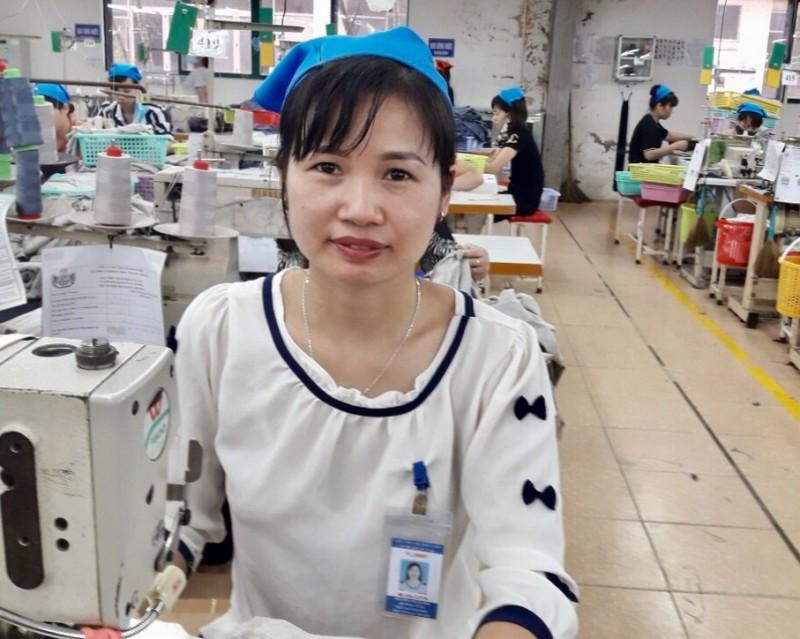 Nữ công nhân trẻ  yêu nghề
