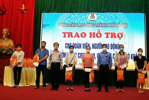 Trao quà hỗ trợ cho công nhân lao động gặp khó khăn huyện Phú Xuyên