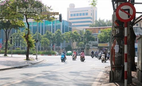 Biển cấm vô tác dụng tại nút giao thông Chùa Láng – Nguyễn Chí Thanh