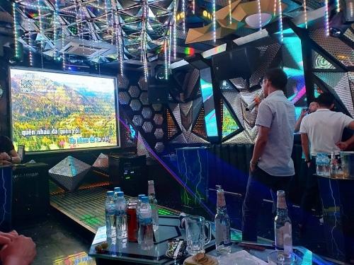 Cấm đặt chốt cửa, thiết bị báo động bên trong phòng dịch vụ karaoke, vũ trường