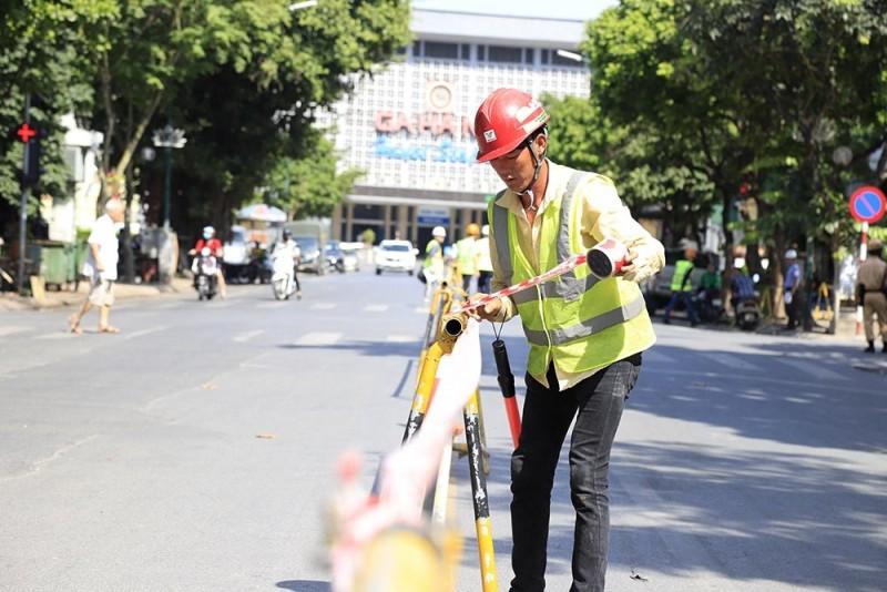 Rào chắn đường Trần Hưng đạo để thi công nhà ga S12