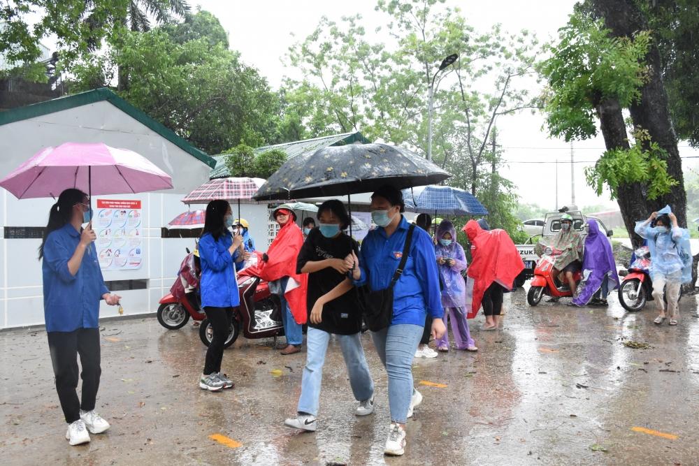 Thanh niên Thủ đô dầm mưa đồng hành cùng thí sinh