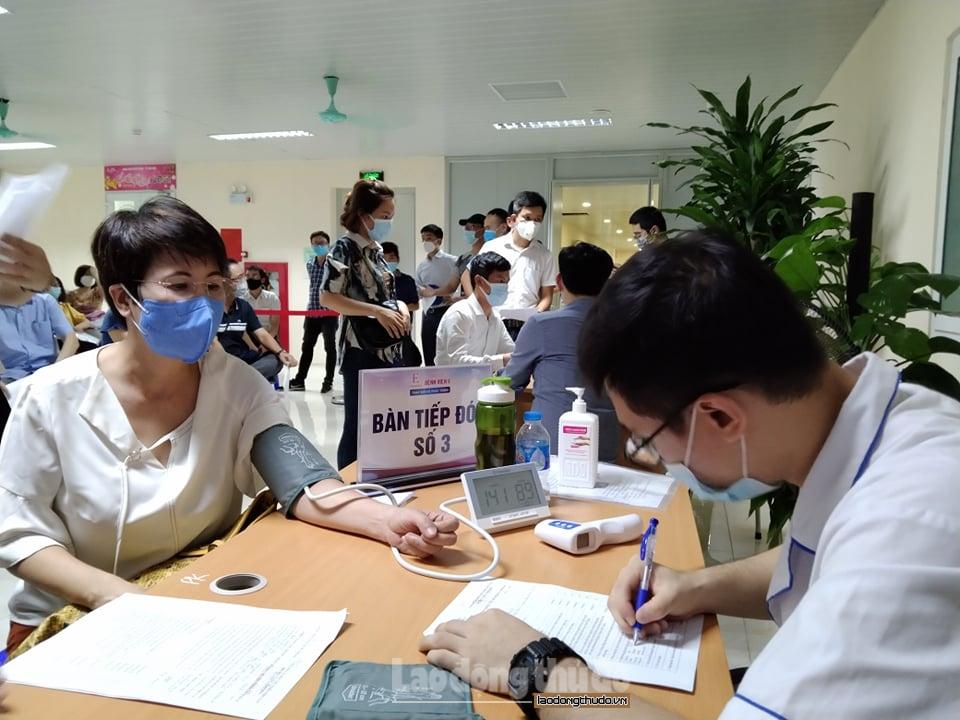 Bệnh viện E tiêm vắc xin phòng Covid-19 cho cán bộ, phóng viên, người lao động