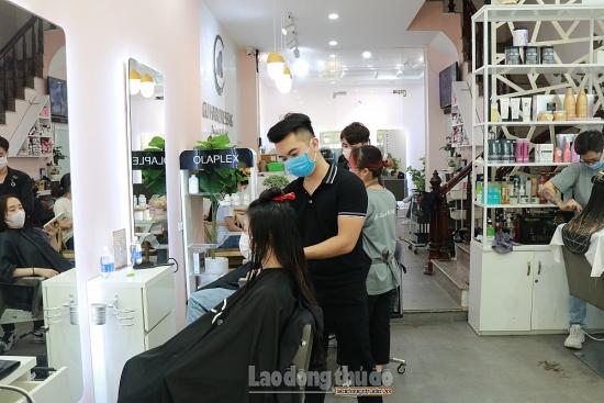 Quán cắt tóc, gội đầu nhộn nhịp trong ngày đầu mở cửa trở lại