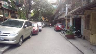 Nhức nhối tình trạng ô tô đỗ trái phép trong các khu dân cư