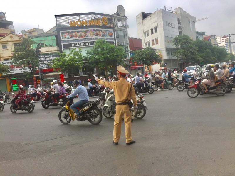 Điều chỉnh giao thông trên tuyến đường Xuân Thủy và Cầu Giấy: Người dân còn nhiều bỡ ngỡ