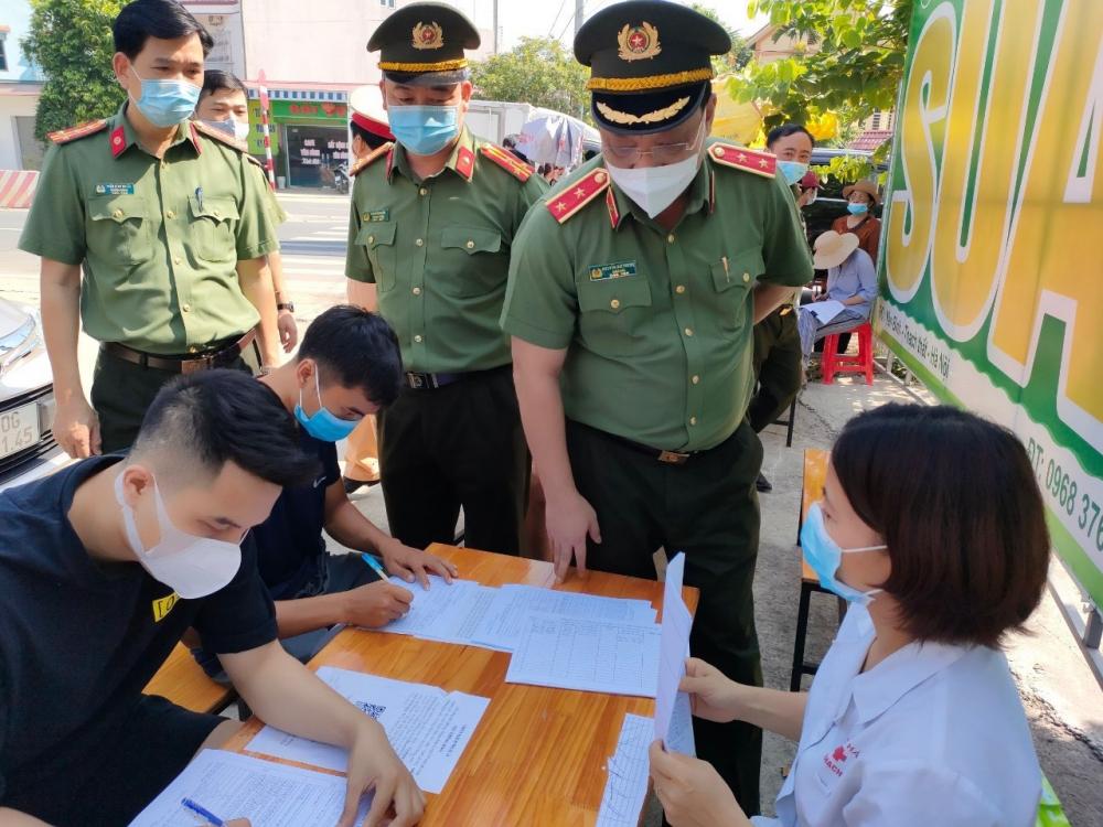 Giám đốc Công an thành phố Hà Nội kiểm tra tại các chốt kiểm soát dịch