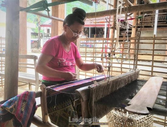Nghề dệt thổ cẩm của phụ nữ dân tộc Lào