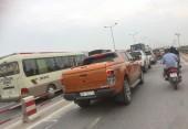 Hàng loạt ô tô vô tư lấn làn xe máy trên cầu Thanh Trì