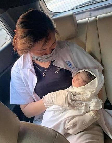 Công an trực chốt phòng, chống dịch Covid-19 giúp đỡ sản phụ sinh con