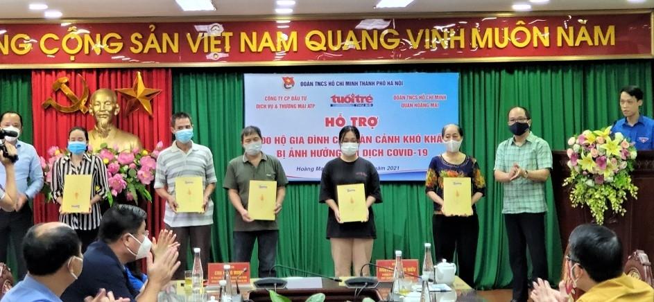 Chia sẻ yêu thương tới 200 gia đình gặp khó khăn vì dịch Covid-19 tại quận Hoàng Mai