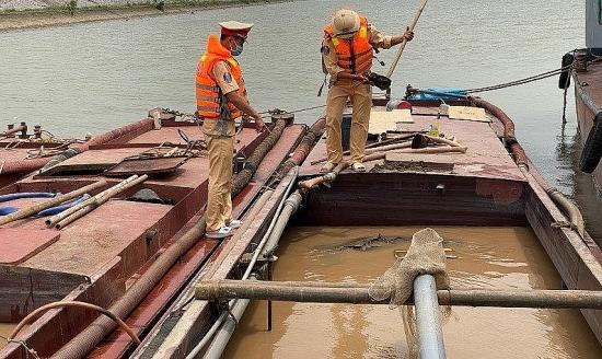 Truy tố 9 đối tượng khai thác cát trái phép trên sông Hồng