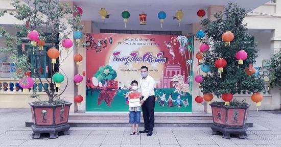 LĐLĐ quận Bắc Từ Liêm tặng quà cho con người lao động nhân dịp Tết Trung thu