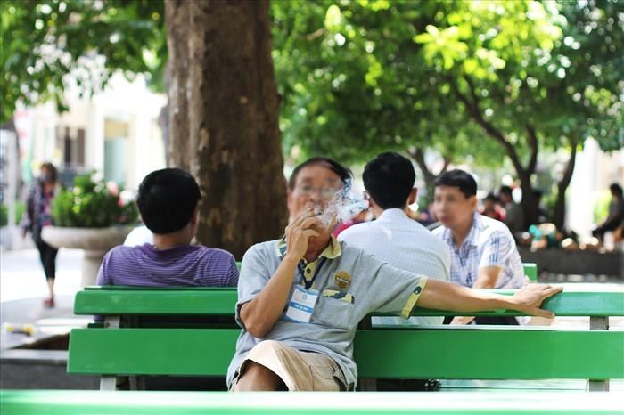 Xử lý nghiêm hành vi hút thuốc lá nơi công cộng