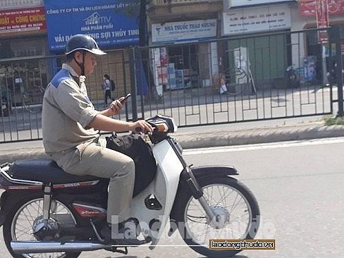 Sử dụng điện thoại khi tham gia giao thông: Cần nghiêm cấm