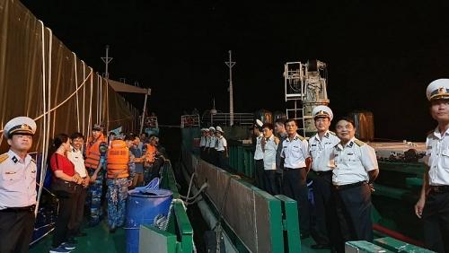 Thăm chúc Tết cán bộ, chiến sĩ và nhân dân trên vùng biển Tây Nam