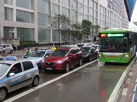 Ngày mai lắp xong dải phân cách cứng phục vụ buýt nhanh