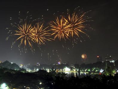 Đêm Giao thừa, người Hà Nội thưởng thức pháo hoa qua... màn hình Led