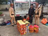 Cảnh sát giao thông phát hiện gần 60 hộp pháo nổ trên xe tải
