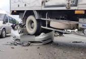 Ô tô con đâm chính diện xe tải trong đêm, 5 người thương vong