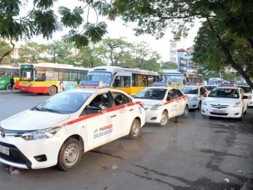 Khó xử lý xe hợp đồng dưới 9 chỗ đi vào tuyến phố cấm ở Hà Nội