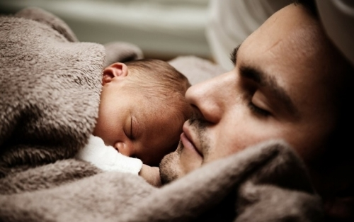 Bố cũng có thể dễ dàng ru bé ngủ với những bí kíp này