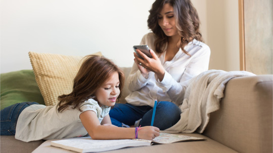 Con cái hay điện thoại quan trọng hơn!