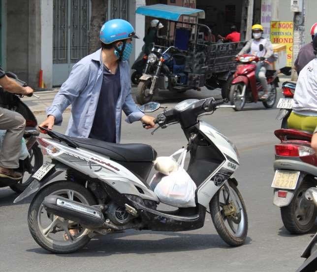 Nhiều người đi xe tay ga có thói quen xấu khiến xe nhanh hư hỏng. Ảnh: LĐO