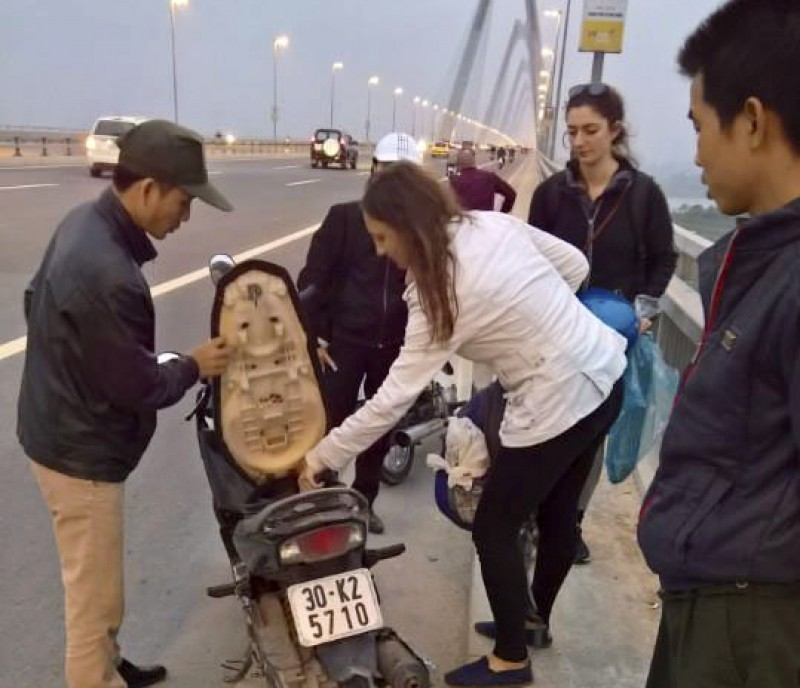 Đội vá xe miễn phí trên cầu Nhật Tân