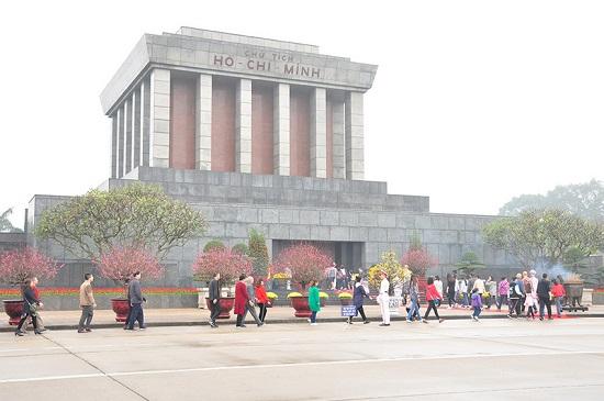 Gần 1 vạn lượt khách quốc tế vào Lăng viếng Bác dịp Tết Nguyên đán Mậu Tuất