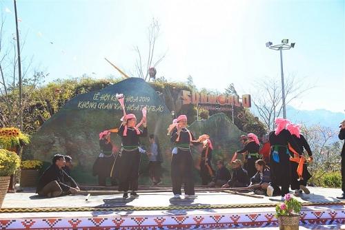 Du khách phấn khích đổ về Fansipan ngắm băng giá, trẩy hội xuân mở cổng trời và chiêm bái xá lợi Phật