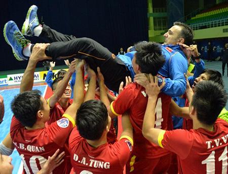 FIFA gọi HLV Bruno Garcia là nguồn cảm hứng cho cú sốc mang tầm thế giới của futsal Việt Nam