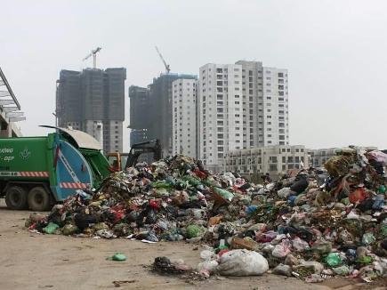 Hà Nội: Công ty đổ trộm gần 100 tấn rác chưa đủ năng lực vận chuyển