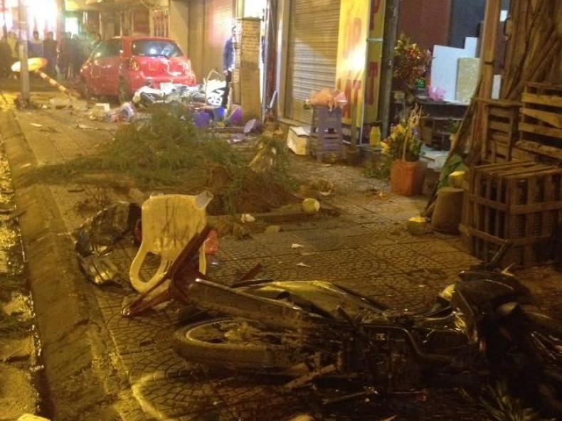 Ôtô mất lái tông nhiều người đi bộ, xe máy trên phố Nguyễn Văn Cừ