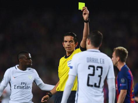UEFA có thể phạt trọng tài điều khiển trận Barcelona - PSG