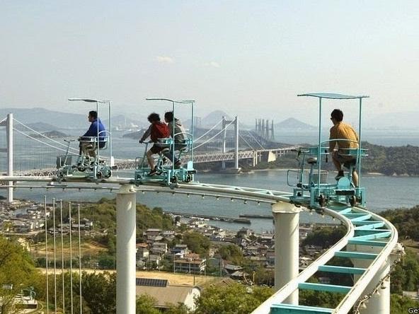 Hết hồn với trò đạp xe trên đường ray siêu tốc ở Nhật Bản