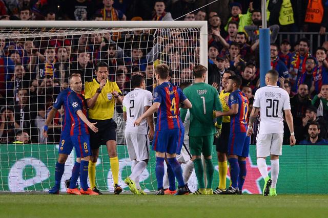 Hơn 100.000 chữ ký yêu cầu đá lại trận Barcelona - PSG