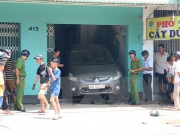 Nhân viên rửa xe lùi ôtô bất cẩn, đâm hai người bị thương nặng