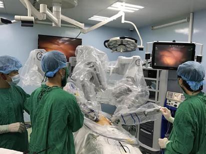 Lần đầu phẫu thuật ung thư dạ dày bằng Robot