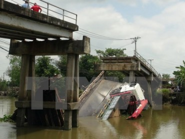 Xe quá tải làm sập cầu khiến hai người rơi xuống sông