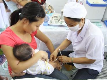 """Từ 1.6 người dân không cần """"dùng giấy"""" khi đi tiêm chủng cho con"""