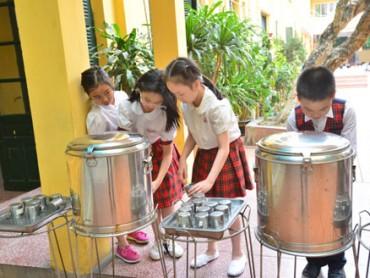 Nước uống cho học sinh tại trường học: Khó kiểm soát chất lượng!