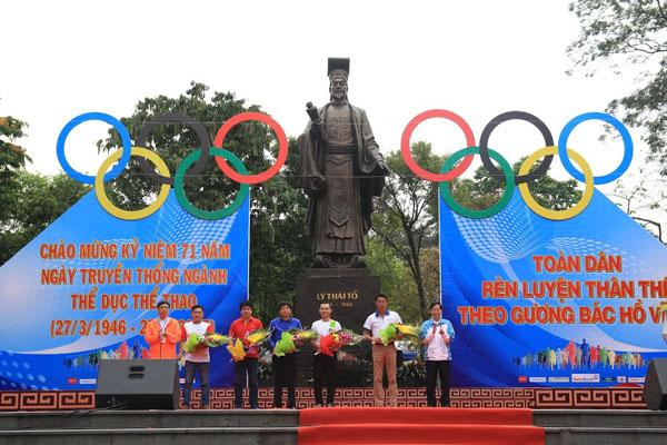 gan 7000 nguoi ha noi tham du ngay chay olympic 2017
