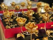 Hoa hồng mạ vàng tiền triệu vẫn 'cháy hàng' dịp 8.3