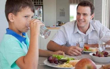 Vừa ăn cơm vừa uống nước, có nên tiếp tục?