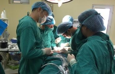 Lần đầu tiên phẫu thuật u giáp thành công qua đường miệng